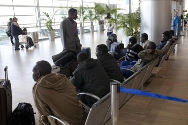 """מהגרים אפריקאים ממתינים לטיסה ב נתב""""ג נמל תעופה בן גוריון  סודנים עובדים זרים מאפריקה   פליטים מהגרים אפריקאים מבקשי מקלט סודנים מהגרי עבודה עוזבים  19214 צילום: תומר אפלבאום   עזיבה מרצון"""